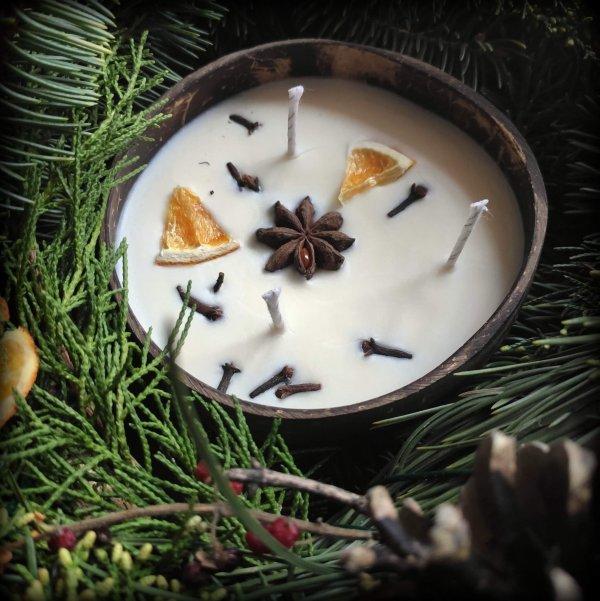 vianočná sviečka v kokosovej miske